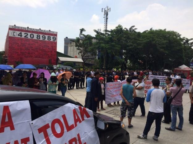 Warga Green Pramuka Bertahan untuk Orasi di Jalan untuk Melawan Kesewenangan Pengelola