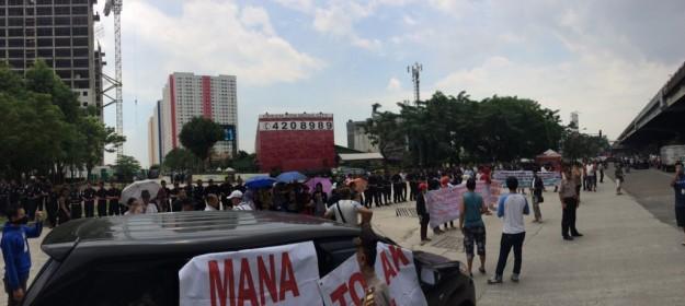 Warga Green Pramuka yang Kecewa Melakukan Aksi di Depan Gerbang