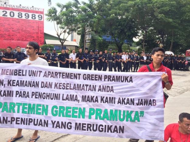 Warga Green Pramuka Memegang Spanduk Menuntut Tanggung Jawab Pengelola